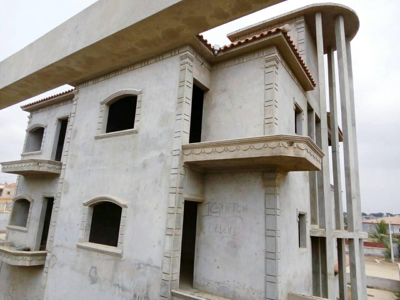 Vende-se esta vivenda T6 inacabada em Cacuaco