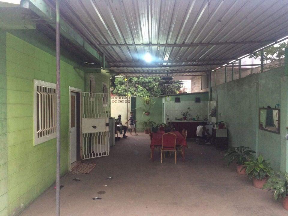 Vende-se uma Casa T3 E já contem um armazém . ✔1-sala enorme  ✔3- quartos