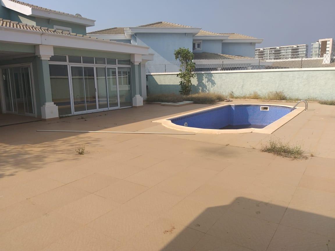 Vende se essa belissima Vivenda v5 com piscina privada e anexo – talatona